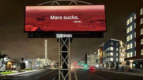 """""""Marte apesta"""": Colocan una valla publicitaria frente a la sede de SpaceX en EE.UU. para criticar a Elon Musk por planes de colonizar el planeta rojo"""