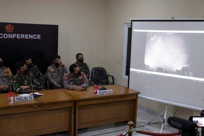 Autoridades de Indonesia muestran las imágenes del submarino hundido en Bali (EFE)