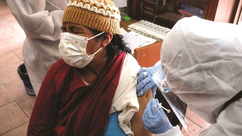 Asegurados de la CNS llenan puntos de vacunación masiva y destacan la atención
