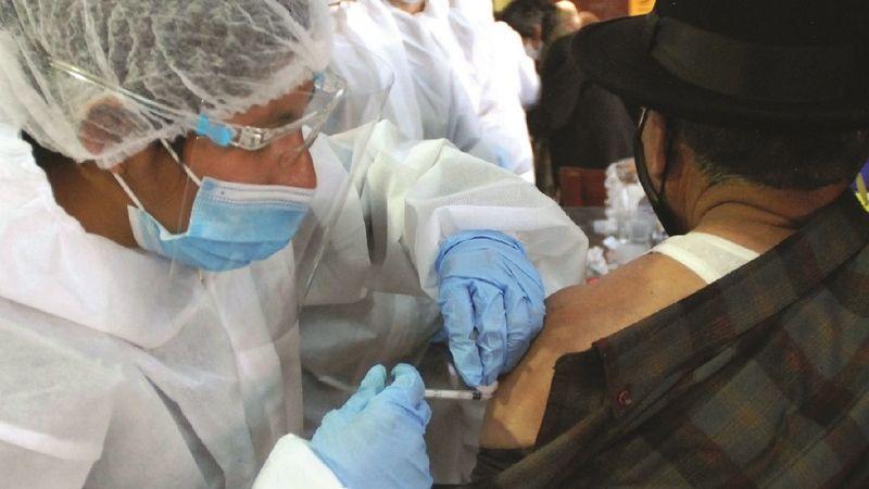 1,3 millones de dosis llegarán en mayo, se retrasará la vacunación de mayores de 50