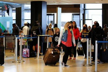 Viajeros haciendo cola para facturar en el aeropuerto internacional de Seattle-Tacoma en SeaTac, Washington, Estados Unidos, 12 de abril de 2021. REUTERS/Lindsey Wasson
