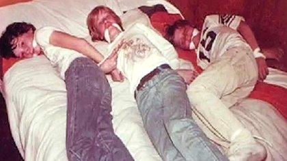 La mañana del primero de septiembre de 2006 Noreen enloqueció cuando, en la puerta de su casa, encontró dentro de un sobre tres fotos (una en colores) donde se veían tres chicos, de unos 12 o 13 años, atados y amordazados sobre una cama. Uno se parecía demasiado a Johnny. El adolescente tenía puestos los mismos pantalones que llevaba su hijo aquel día