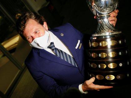 Alejandro Domínguez, presidente de la Conmebol, sostiene el trofeo de la Copa América (REUTERS/Mariana Greif)
