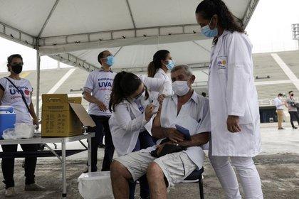 Cerca del 17 % de la población del país, de unos 210 millones de habitantes, recibieron la primera dosis de la vacuna, mientras que el 8,5 % fueron inoculados con la segunda (REUTERS/Ricardo Moraes)