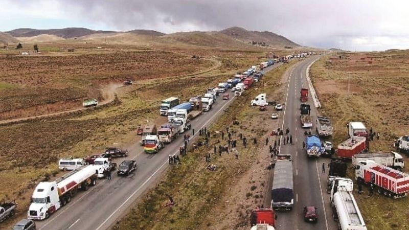 Transporte bloquea contra el tren; el Gobierno culpa a Añez