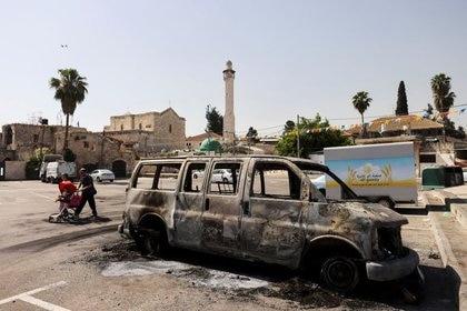 Un vehículo es quemado luego de confrontaciones violentas en la ciudad de Lod en medio de hostilidades entre Israel y militantes de Gaza y tensiones en Jerusalén 12 de mayo del 2021. REUTERS/Ronen Zvulun