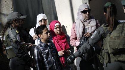 Ejército israelí controlando el paso de palestinos por sus territorios (AFP)