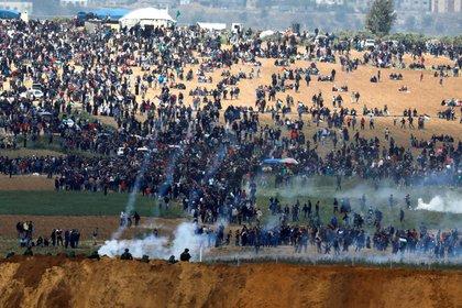 FOTO DE ARCHIVO: soldados israelíes disparan gases en la frontera entre Israel y Gaza, en medio de una manifestación palestina, el 30 de marzo de 2018. REUTERS/Amir Cohen/File Photo
