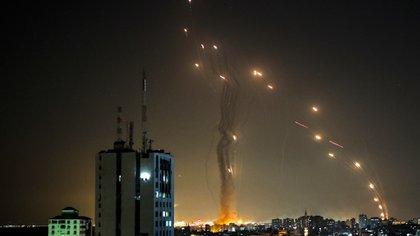 Un misil lanzado desde Gaza e interceptado por el sistema antiaéreo israelí. (Photo by MOHAMMED ABED / AFP)