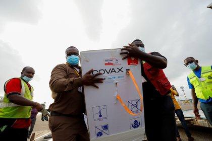 El modelo que incluye el mecanismo COVAX que permite comprar vacunas y otros insumos para la pandemia y garantizar el acceso a la población de países de bajos y medianos recursos debería ser fortalecido en la estrategia global para la preparación de futuras pandemias, según el panel de expertos/ REUTERS/Francis Kokoroko