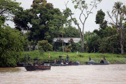 FOTO DE ARCHIVO: Soldados venezolanos patrullan en barco en el río Arauca, la frontera entre Colombia y Venezuela, visto desde Arauquita, Colombia, el 28 de marzo de 2021. REUTERS/Luisa Gonzalez