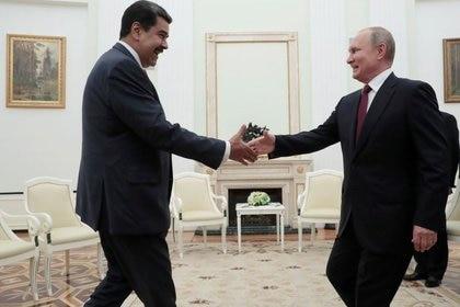 Foto de archivo: Vladimir Putin le da la mano a Nicolás Maduro durante una reunión en el Kremlin de Moscú, Rusia, el 25 de septiembre de 2019. Sergei Chirikov/Pool vía REUTERS