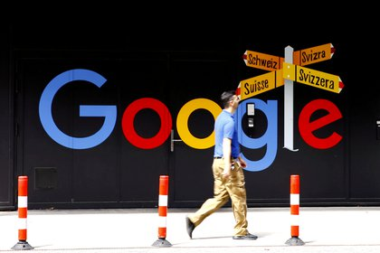 Un hombre camina frente al logo de Google en Zurich, Suiza. Foto: REUTERS/Arnd Wiegmann