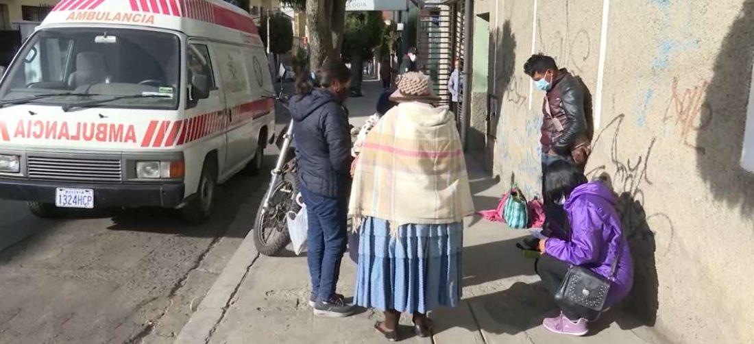 La familia de Viviana espera todo el día en la clínica noticias favorables de los médicos