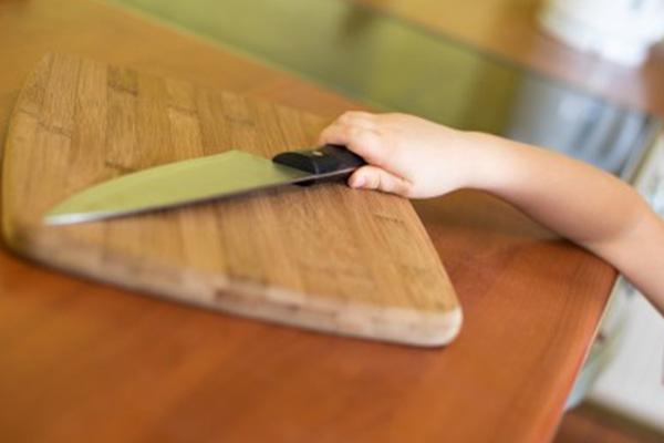 Niño manipula cuchillo /Imagen de referencia/ Foto: PULZO