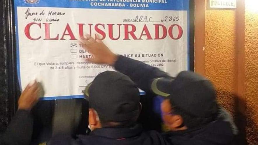 Personal municipal clausura uno de los locales que se encontraba abierto. Gentileza Intendencia Municipal