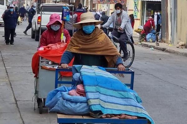 Gente desarrolla su actividad eonómica en Cochabamba Foto: SEDES COCHABAMBA