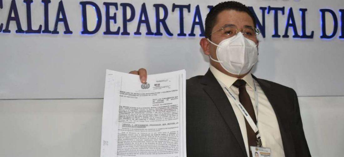 El Fiscal Bustillos enseña el pedido de extradición de Arturo Murillo (Foto: APGNoticias)
