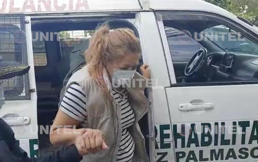 La madre que asesinó a una de sus hijas llegando al psiquiátrico. Foto: Unitel