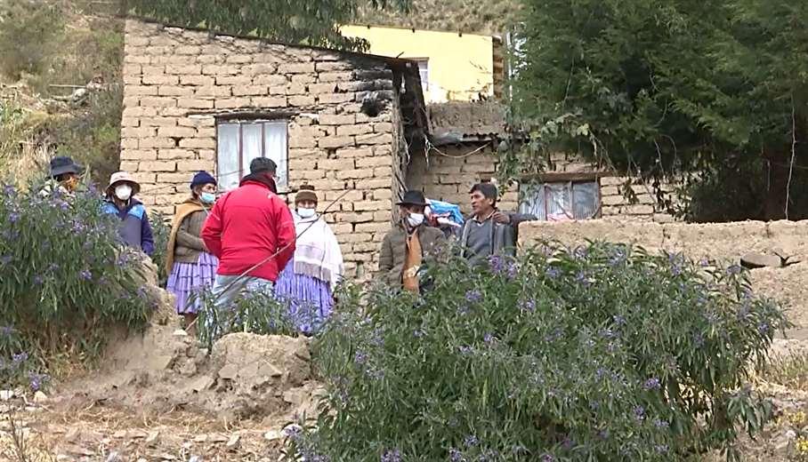 En esa casita viven los padres y hermanos de Adrián. Captura: Unitel
