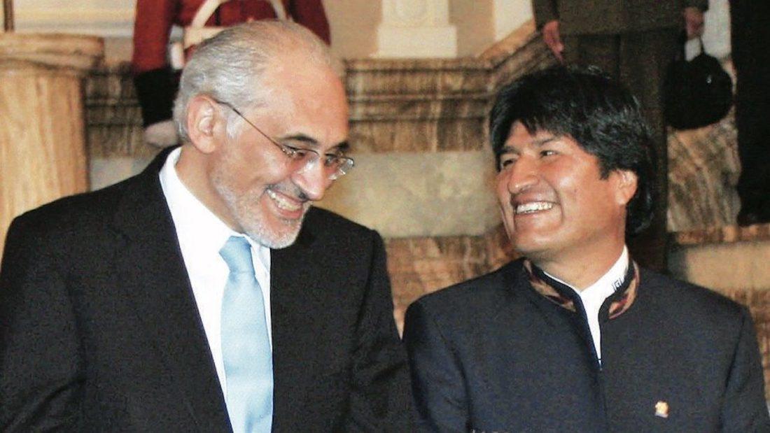 Foto de archivo de los expresidentes Carlos Mesa y Evo Morales.
