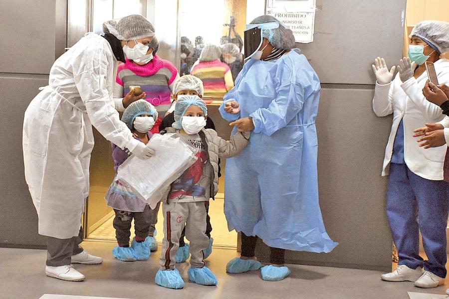 Foto de archivo de niños de una misma familia fueron dados de alta en el hospital Salomon Klein de Sacaba, en mayo de 2020. DICO SOLÍS