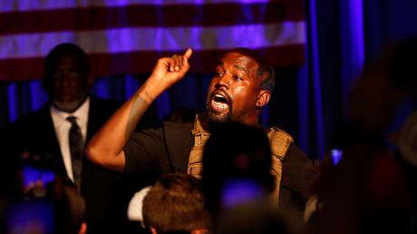Kanye West explota durante una audiencia y se tapa la cabeza con una capucha con una imagen de Jesucristo