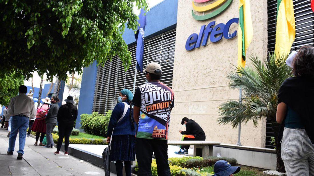 Filas en las instalaciones de ELFEC, en la avenida Heroínas. DICO SOLÍS
