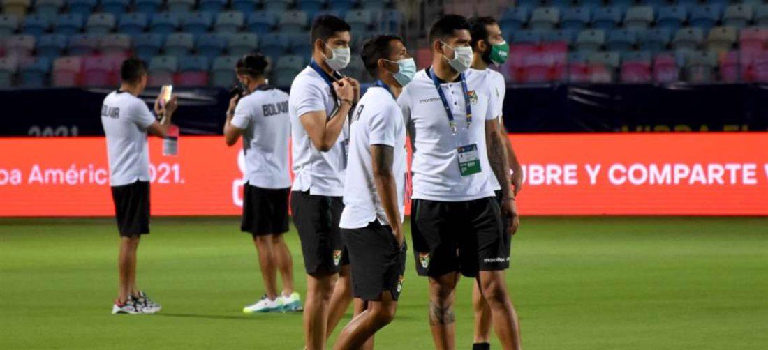 Los jugadores de la Verde en la cancha del estadio Olímpico de Goiania. Foto: FBF