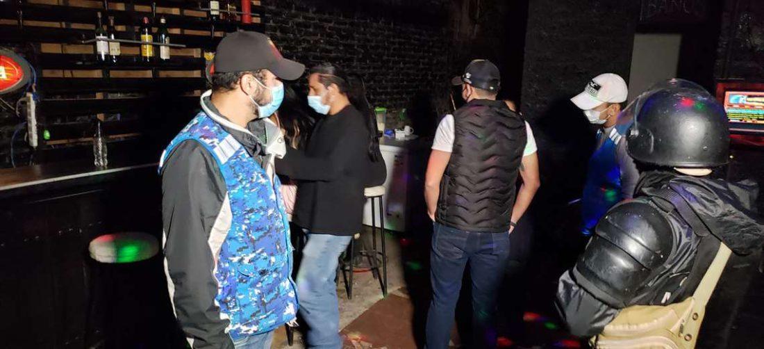 Personal de la Alcaldía sorprendió a varias personas consumiendo bebidas (Foto: Leo Gil)