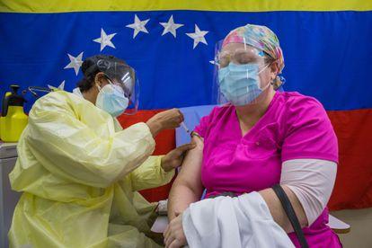 Una persona se vacuna durante una jornada de vacunación en Caracas.