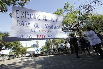 Trabajadores-del-Oncologico-protestan-por-incumplimiento-de-pago-de-sueldos-departe-del-AISEM