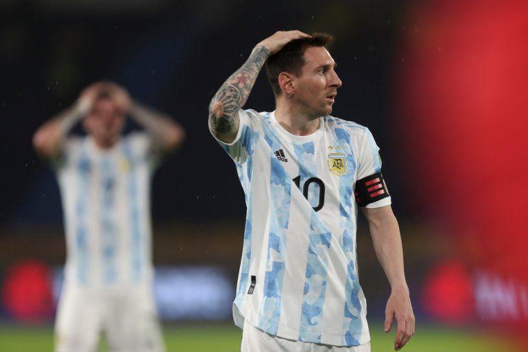 El argentino Lionel Messi gesticula durante un partido de clasificación para el Mundial de Qatar de 2022 contra Colombia en el estadio Metropolitano