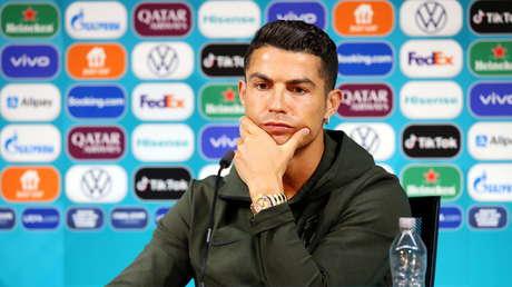 """""""¡Beban agua!"""": Cristiano Ronaldo retira dos botellas de Coca-Cola y las cambia por una de agua (VIDEO)"""