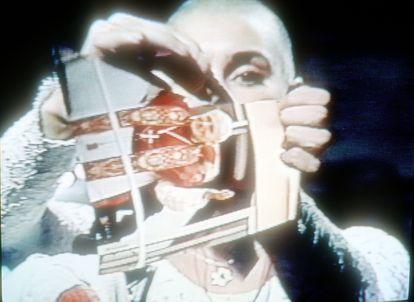 Sinéad O'Connor rompe la foto de Juan Pablo II en octubre de 1992 en el programa televisivo 'Saturday Night Live'.