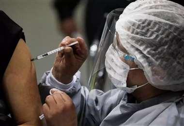 La vacunación en la población en general en Bolivia inició en febrero. Foto: Internet