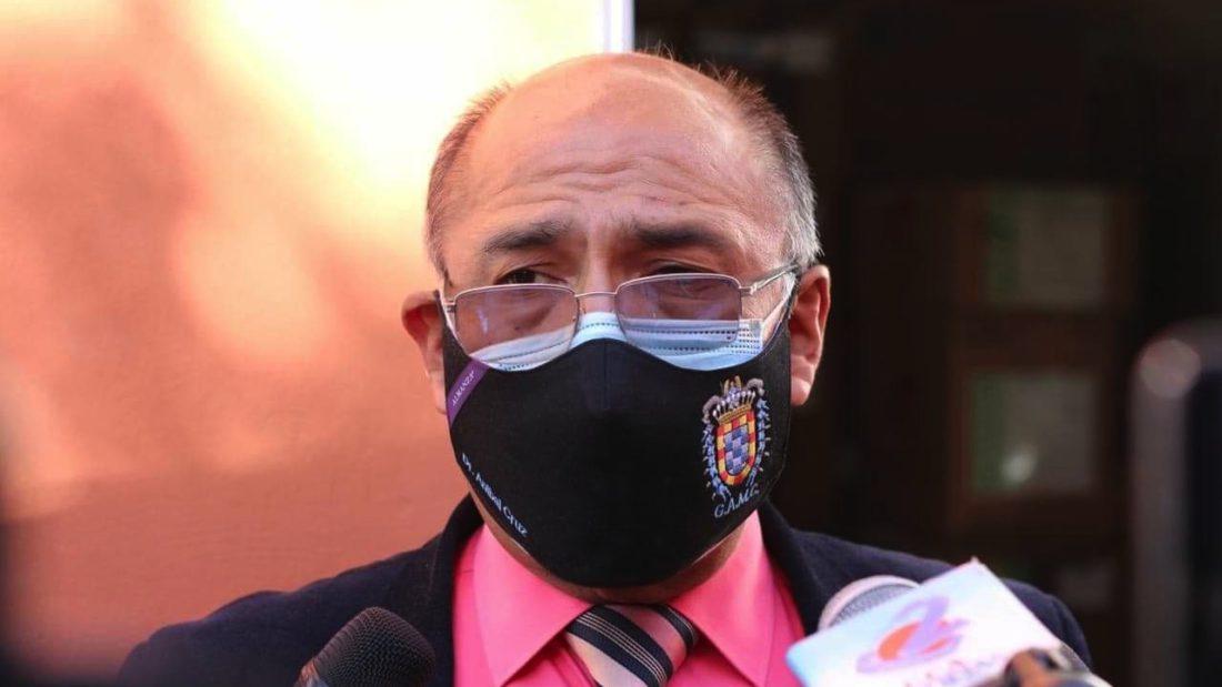 El Secretario Municipal de Salud, Aníbal Cruz, se dirige a los medios de comunicación durante la inspección del almacén de medicamentos. Alejandro Orellana