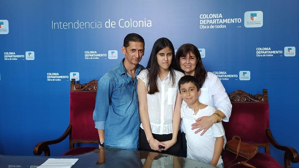 Milagros junto a su padre Juan, su madre María y su hermano Luciano