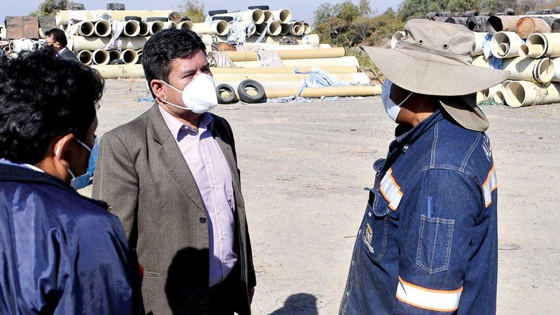 Mauricio Muñoz durante la inspección a tuberías en El Paso, este miércoles. NOÉ PORTUGAL