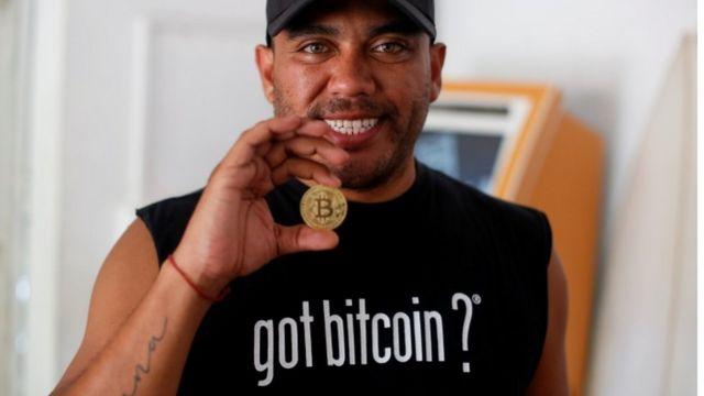 El entusiasta de Bitcoin Carlos Bonilla muestra una representación física de la criptomoneda, en una oficina de soporte de Bitcoin Beach en El Zonte Beach en Chiltiupán, El Salvador.