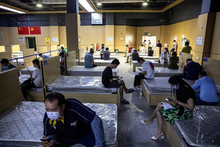 Un centro de vacunación en Wuhan, China. Los médicos del país dicen que los pacientes con la variante delta se están enfermando más y sus condiciones empeoran más rápidamente que con la versión inicial