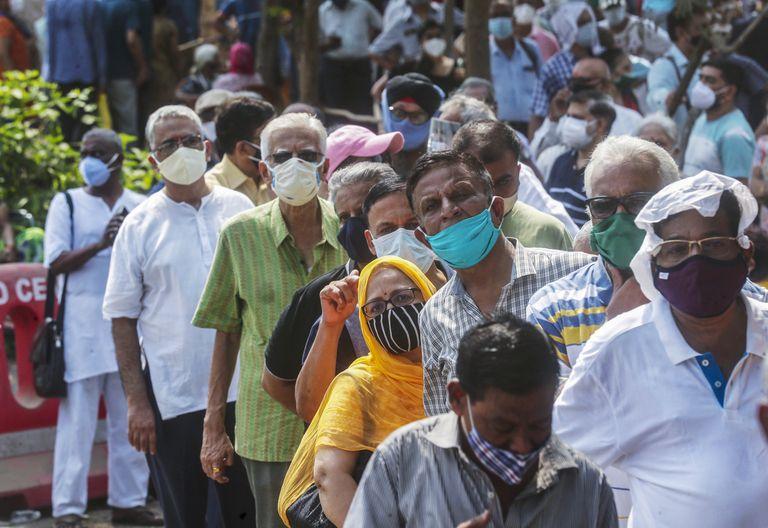 Una fila de personas espera para recibir la vacuna contra el coronavirus en Bombay, India