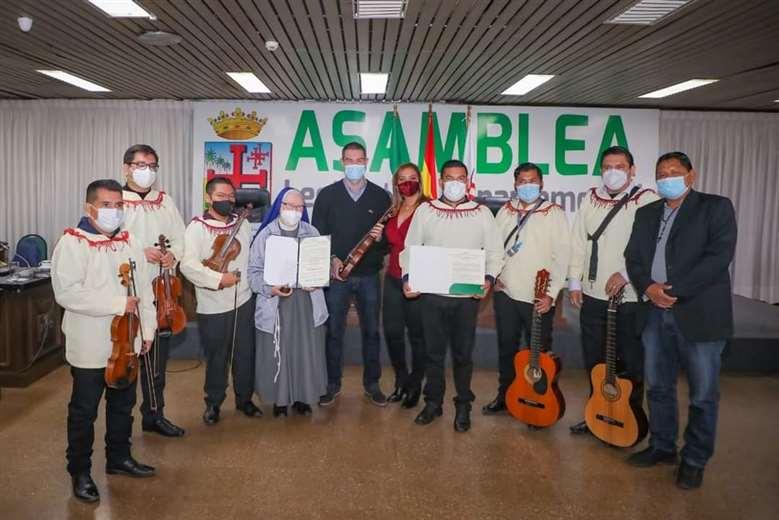 Asambleístas y representantes de la Orquesta y Coro de Urubichá