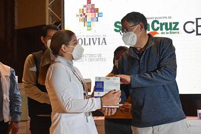 CBN-dona-10.000-kits-de-farmacos-para-personas-con-COVID-19-en-Santa-Cruz