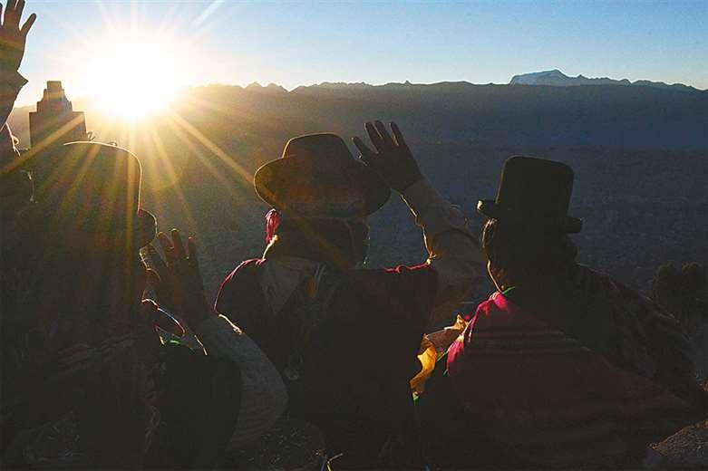 Los asistentes reciben los primeros rayos del sol