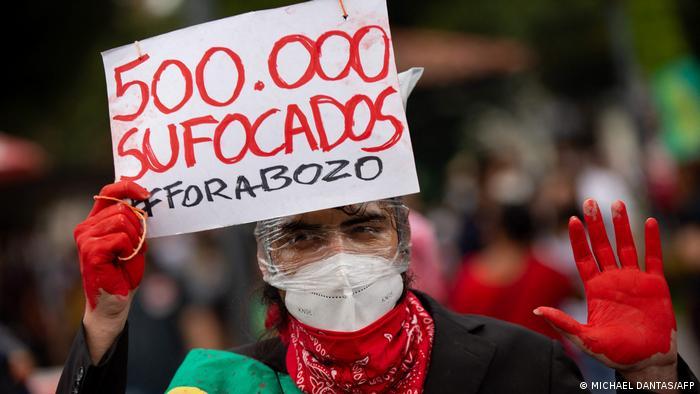Manifestación en Brasil este sábado: 500.000 asfixiados, se lee en la pancarta, junto al hagstag #ForaBozo (fuera Bolsonaro)