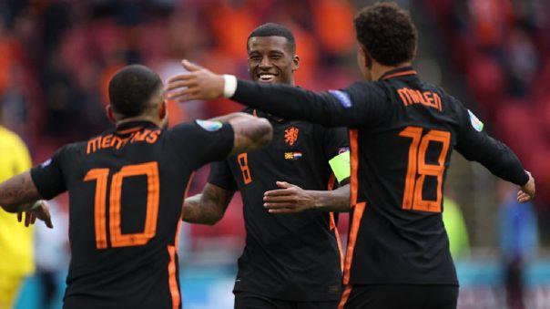 Georginio Wijnaldum celebra con sus compañeros tras anotar un doblete en la victoria de Holanda ante Macedonia del Norte.