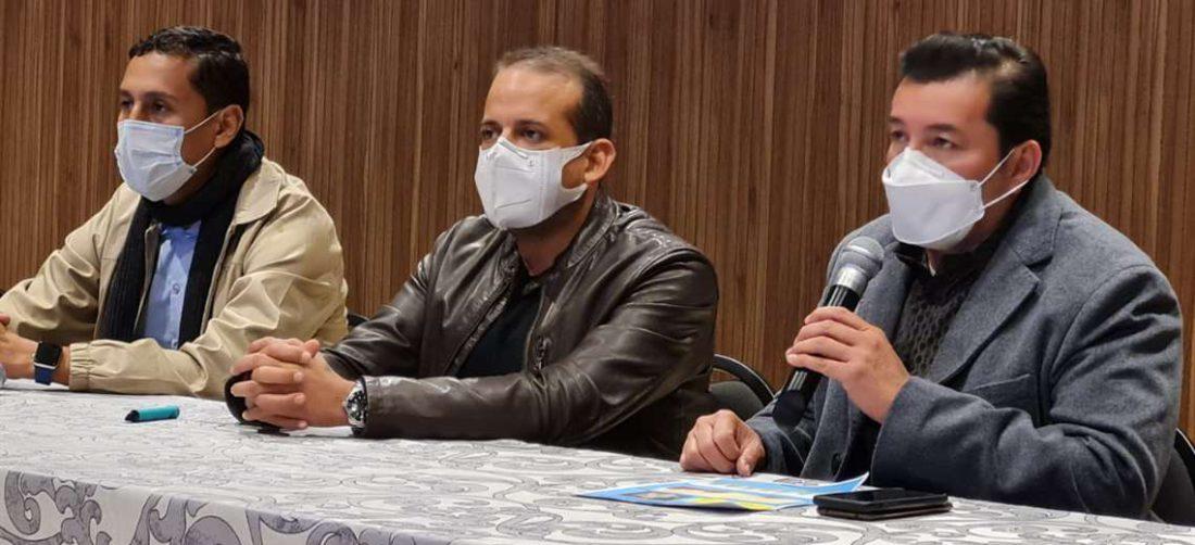 Las autoridades en conferencia de prensa