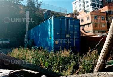 El terreno y el contenedor están ubicados en la calle los Claveles de Miraflores