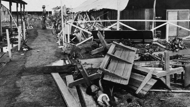 Vista del pabellón principal parcialmente derrumbado en el complejo de Jonestown, Guyana, noviembre de 1978